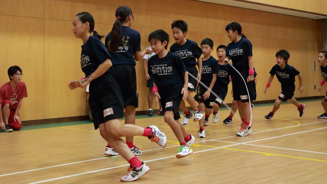 Video: Japanese kids take on ridiculously fast skipping record – and go even faster