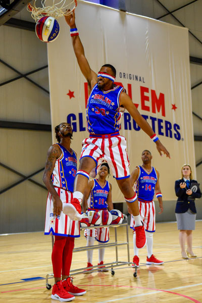 Harlem Globetrotters blindfolded slam dunk