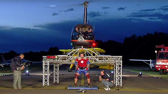 Strongman attempts to lift helicopter on his shoulders - Guinness World Records Italian Show
