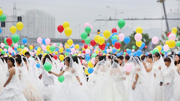 In pictures: Huge gathering of brides break world record in China