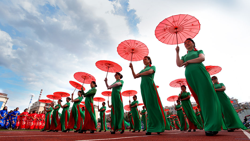 In pictures: 5,599 ladies wear cheongsam for stunning record attempt in China