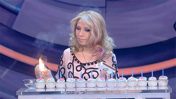 Mexican woman born without arms breaks record for most candles lit with the feet - Guinness World Records Italian Show