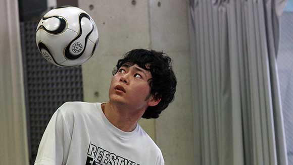 Video: Two Japanese freestyle footballers score soccer world records