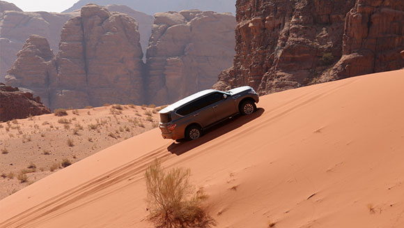 Nissan Patrol car climbs to the top with world record sand dune ascent