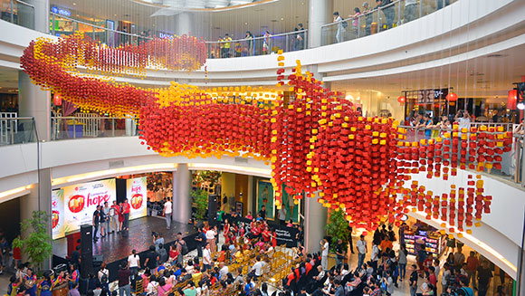 Enormous dragon made out of 20,000 origami lanterns sets record for Philippine mall