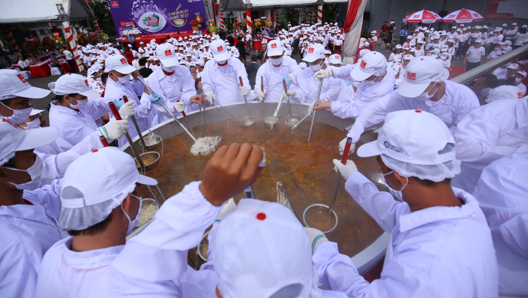 Huge noodle soup weighing 1,300 kg is enjoyed by nearly 2,000 people in Vietnam