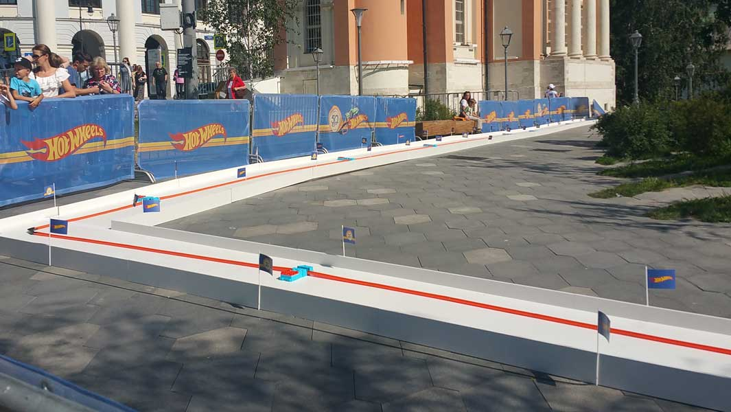Video: Toy car races along world's longest Hot Wheels track