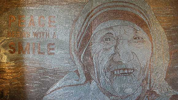 Video: Albanian artist creates giant staple mosaic of Mother Teresa to show support for refugees